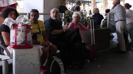 Le lunghe attese dei viaggiatori domenica alla stazione di Ancona