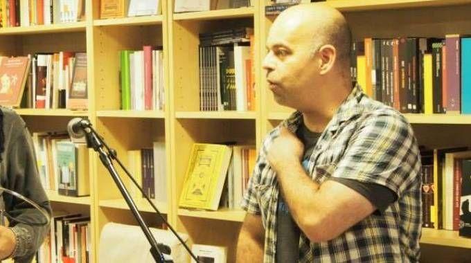 Beppe Marchetti, 40 anni, durante una presentazione nella sua libreria