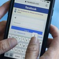 Una persona entra in Facebook