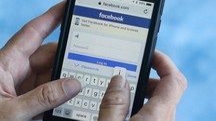 Una persona entra in Facebook
