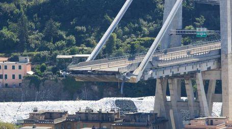 Il ponte Morandi crollato a Genova (Newpress)