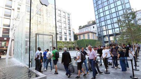 Ingresso all'Apple Store di piazza Liberty il primo giorno degli iPhone Xs (foto Ansa)