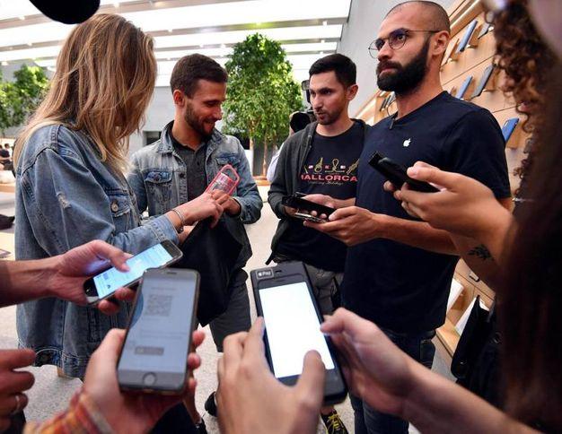 I nuovi iPhone Xs all'Apple Store di Milano nel primo giorno di commercializzazione in Italia (foto Ansa)