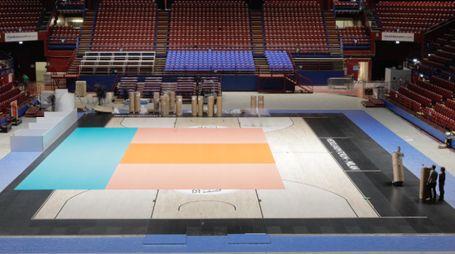 Il cambiamento del campo da gioco del Forum d'Assago per il Mondiale di Volley