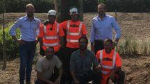 I fratelli Mati Paolo e Francesco (in piedi ai lati) insieme al conduttore  di Linea Verde e gli operai che hanno piantato l'albero