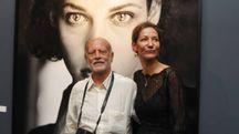 Ferdinando Scianna e Marpessa Hannink, davanti a uno scatto che la ritrae (foto Frasca)