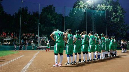 I giocatori sul campo da softball di Caronno