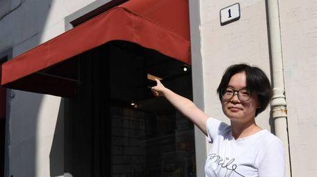 Una dipendente del negozio di via Matteotti-angolo Zampieri mostra la nuova tenda