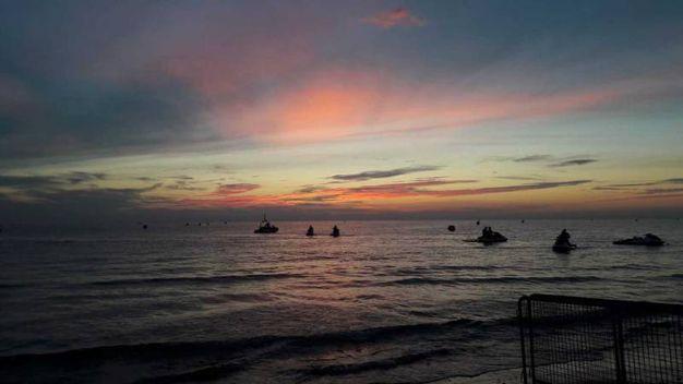 Ironman a Cervia, la partenza alle prime luci dell'alba (foto Degidi-Bedeschi)