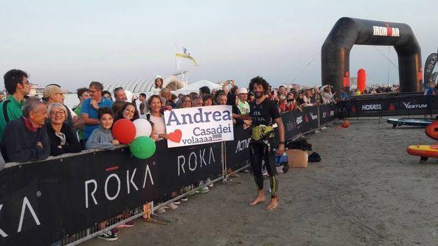 Andrea Casadei, atleta di casa, con i suoi supporter (foto Degidi-Bedeschi)