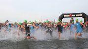 La partenza degli atleti d'acciaio (foto Zani)