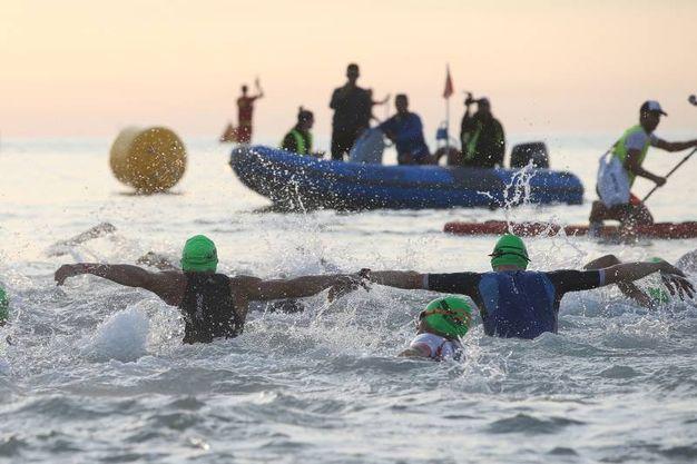 Gli atleti affrontano il mare (foto Zani)