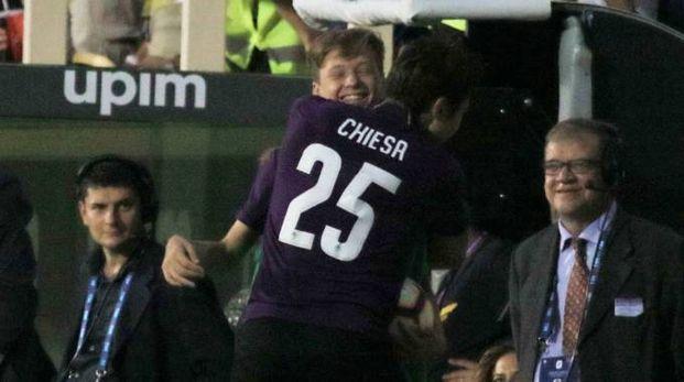Federico Chiesa abbraccia il fratellino dopo il gol