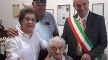 La nonnina con il sindaco di Abbadia Fabrizio Tondi
