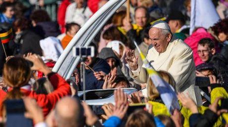 Il Papa in Lituania (Ansa)