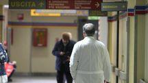 Il corridoio di un ospedale. All'uomo prima era stato diagnosticato un tumore, poi, si è scoperto che si trattava solo di una polmonite