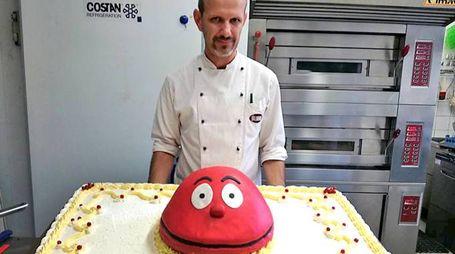 """Il pasticciere Enea Vantadori con la torta preparata per festeggiare il nuovo avvio del tg satirico """"Striscia la Notizia"""" (Mdf)"""
