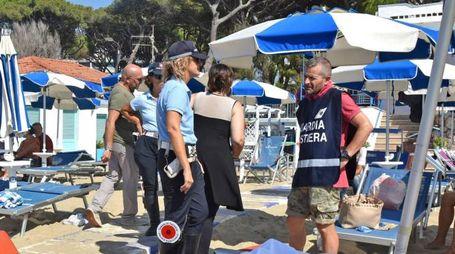 La polizia municipale sulla spiaggia dopo il ritrovamento del cadavere (Foto Agostini)