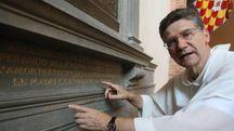 Padre Alfredo mostra il monumento ai caduti della Prima guerra in San Domenico