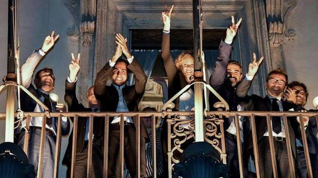Di Maio e i ministri M5S affacciati dal balcone di Palazzo Chigi per esultare (Ansa)