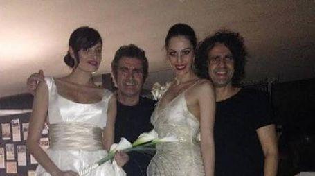 Bruno e Luca Perondi con due modelle durante una sfilata di moda