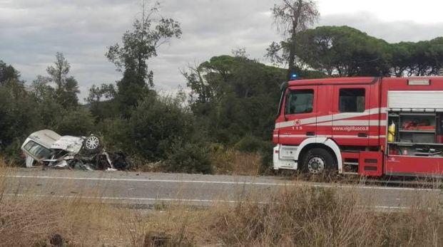 Scontro pullman-auto a Migliarino (Foto Valtriani)