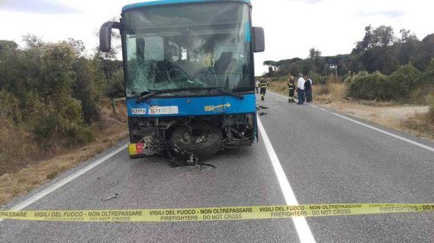 Migliarino, scontro pullman-auto:  un morto (Foto Valtriani)