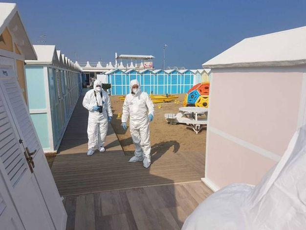 La polizia scintifica in spiaggia a Riccione (foto Migliorini)