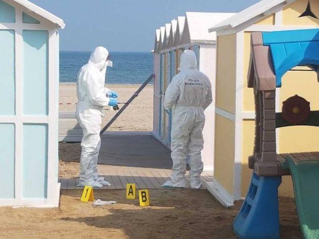 La scientifica cerca le tracce in spiaggia a Riccione (foto Migliorini)