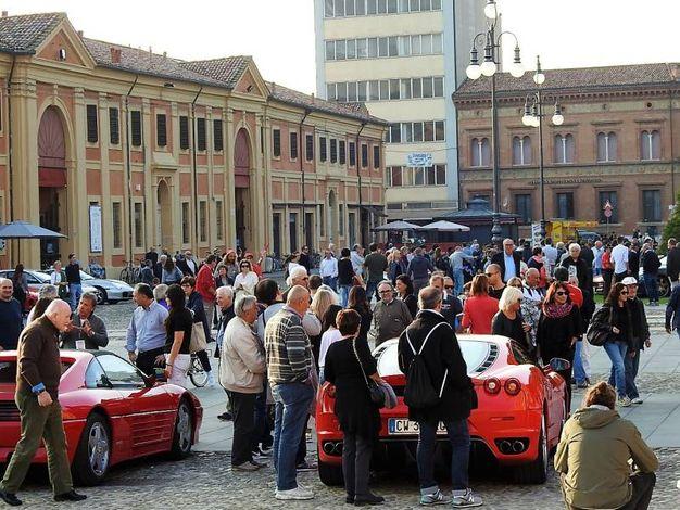 Appassionati e curiosi ammirano gli splendidi modelli della Ferrari (Scardovi)