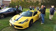 Appassionati e curiosi ammirano gli splendidi modelli Ferrari (Scardovi)