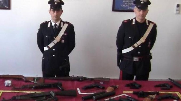 Le armi da guerra sequestrate dai carabinieri