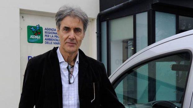AL LAVORO Tristano Leoni, direttore dell'Arpam,  è in prima linea  nelle indagini scientifiche  sulle ricadute  del rogo alla Orim.  I tecnici hanno analizzato l'aria  e prelevato campioni di terra e acqua  (foto Calavita)