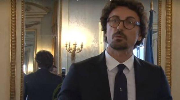 Un frame del video di Telenord che riprende il ministro Danilo Toninelli
