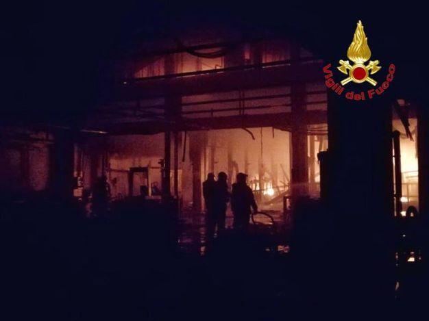 L'incendio del capannone della Galvanica Ambrosiana a Cologno Monzese
