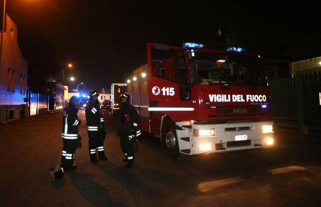 L'incendio del capannone della Galvanica Ambrosiana a Cologno Monzese (LaPresse)