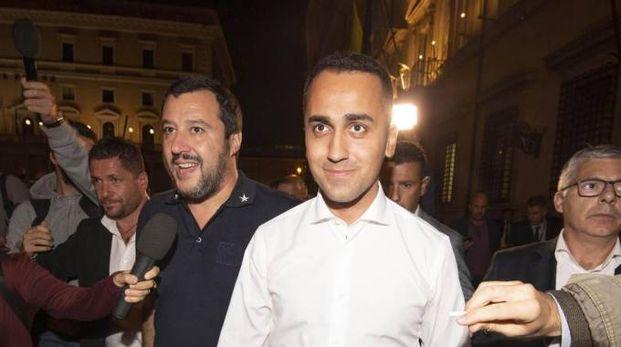Matteo Salvini e Luigi Di Maio stasera fuori da Palazzo Chigi (Ansa)