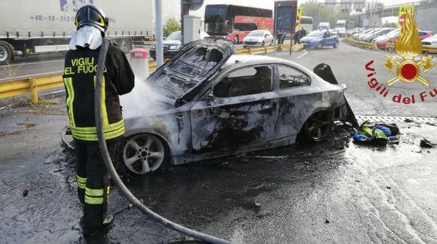 L'auto in fiamme a Brogeda