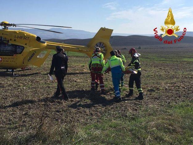 L'automobilista ferito portato in ospedale con l'elisoccorso (foto: vigili del fuoco)