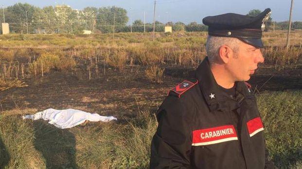 Un carabiniere e il corpo della vittima coperto dal lenzuolo (foto De Marco)