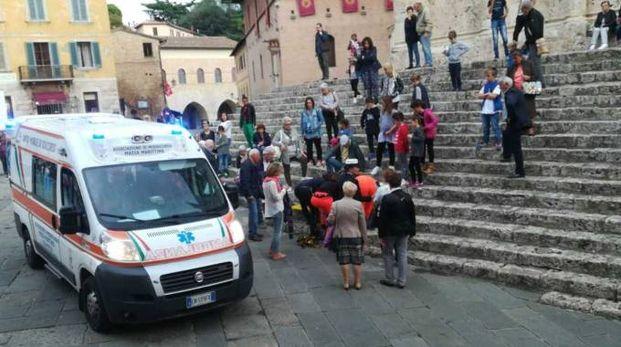 I sanitari del 118 mentre stanno curando il piccolo caduto sulla scale del sagrato della cattedrale di Massa Marittima