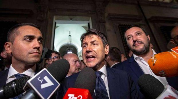 Il premier Conte tra i suoi vice Di Maio e Salvini (ImagoE)