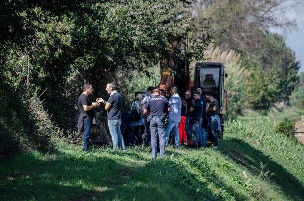 Sopralluoghi nel canale dove è stato ritrovato il corpo  (Ansa)