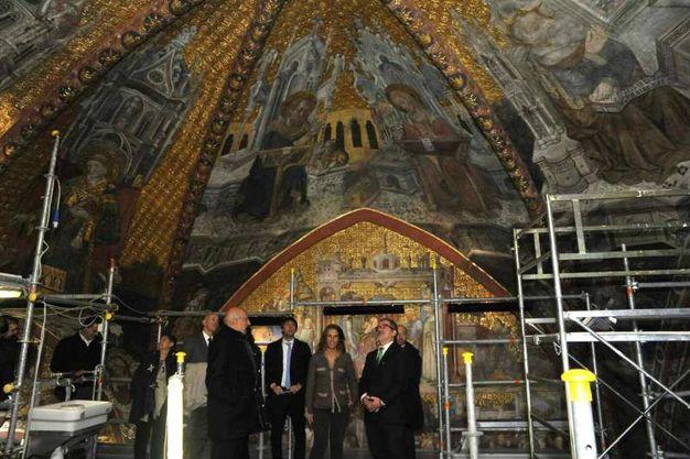Il presidente della Regione Lombardia Roberto Maroni nel corso della visita alla cappella della regina Teodolinda, all'interno del Duomo (Ansa)