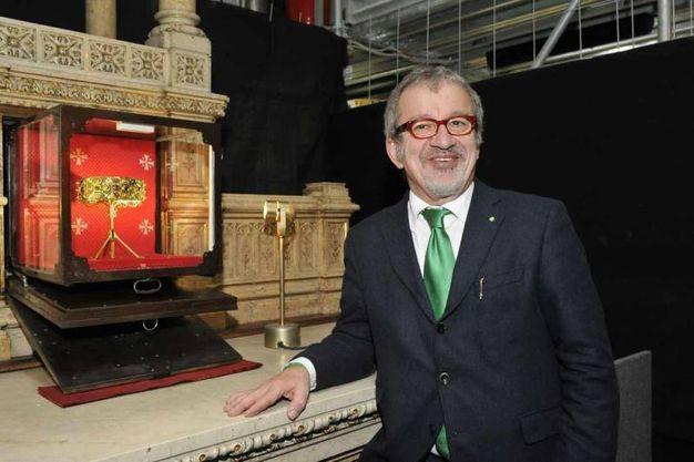 Il presidente della Regione Lombardia Roberto Maroni davanti alla Corona Ferrea della regina Teodolinda nel corso della visita al Museo del Duomo (Ansa)