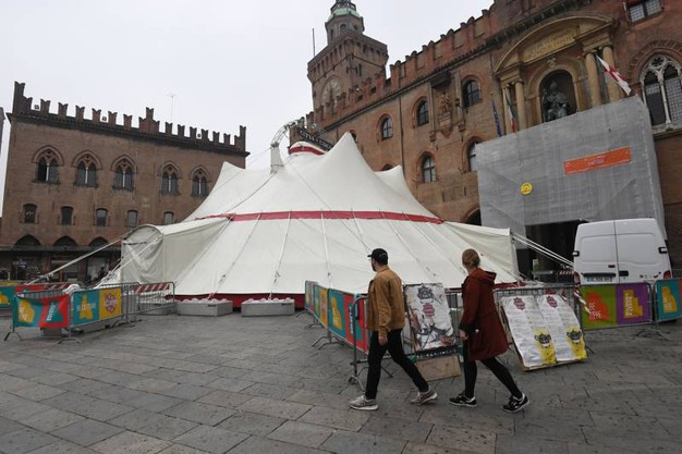 Il tendone da circo allestito in Piazza Maggiore (Foto Schicchi)