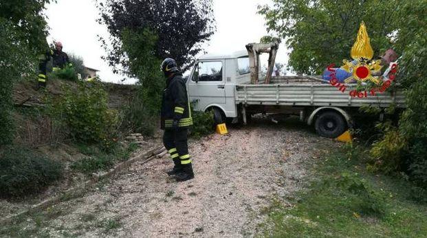 Tolentino, un 73enne è morto investito dal suo autocarro