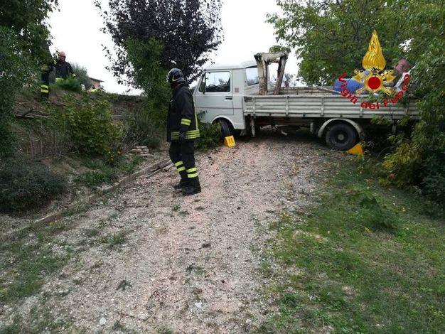 I vigili del fuoco hanno recuperato il corpo sotto al furgone