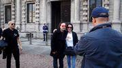Milano, sosia di Bono Vox passeggia in Piazza della Scala: selfie e foto con i fan