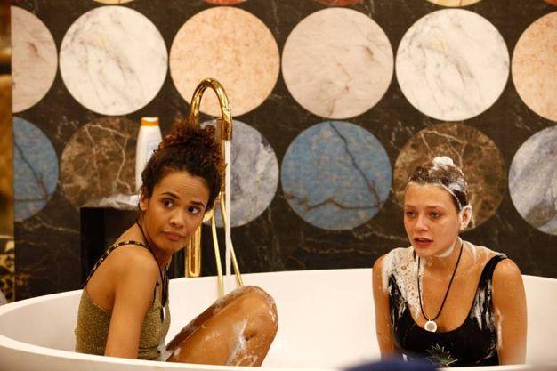 Bagno rilassante (foto Endemol Shine Italy)